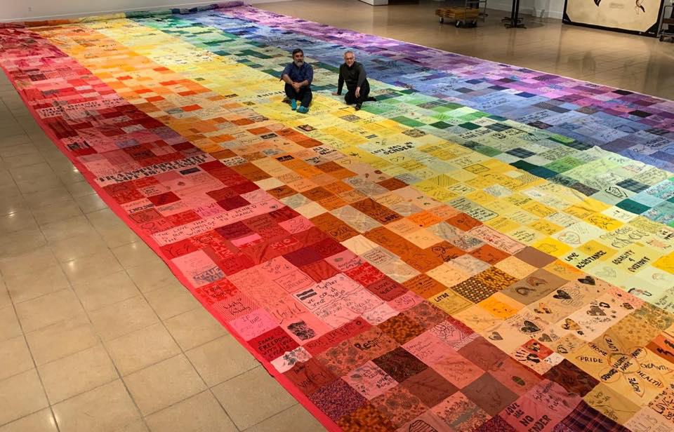 禮讚多元!藝術家以彩虹拼布集結眾人發聲,驕傲遊行看見酷兒力量