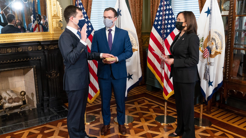 與老公一起宣誓就職  美國史上首位同志內閣官員正式誕生