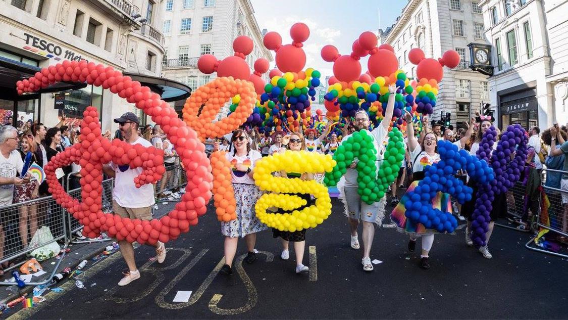 還在考慮求婚地點?何妨巴黎迪士尼彩虹下見證愛情